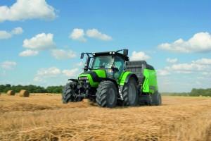 Munkában egy deutz-Fahr traktor